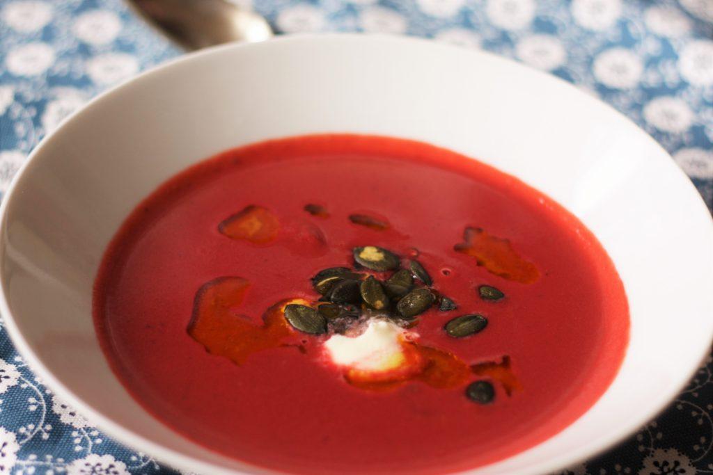 Polévka z pečené červené řepy a vlašskými ořechy