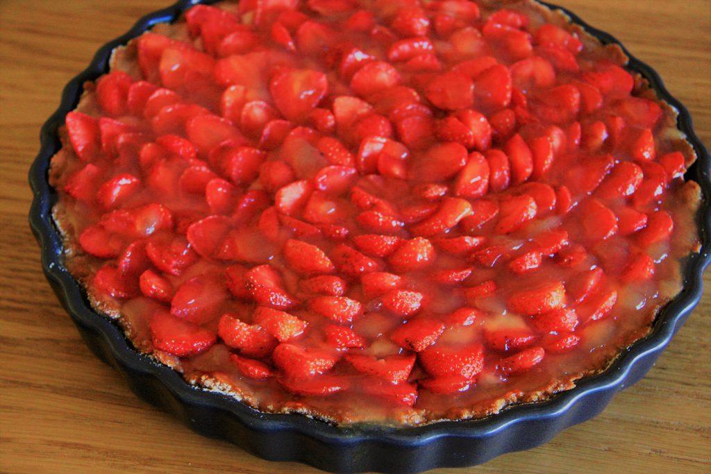 Mandlový koláč s jahodami a pudinkem
