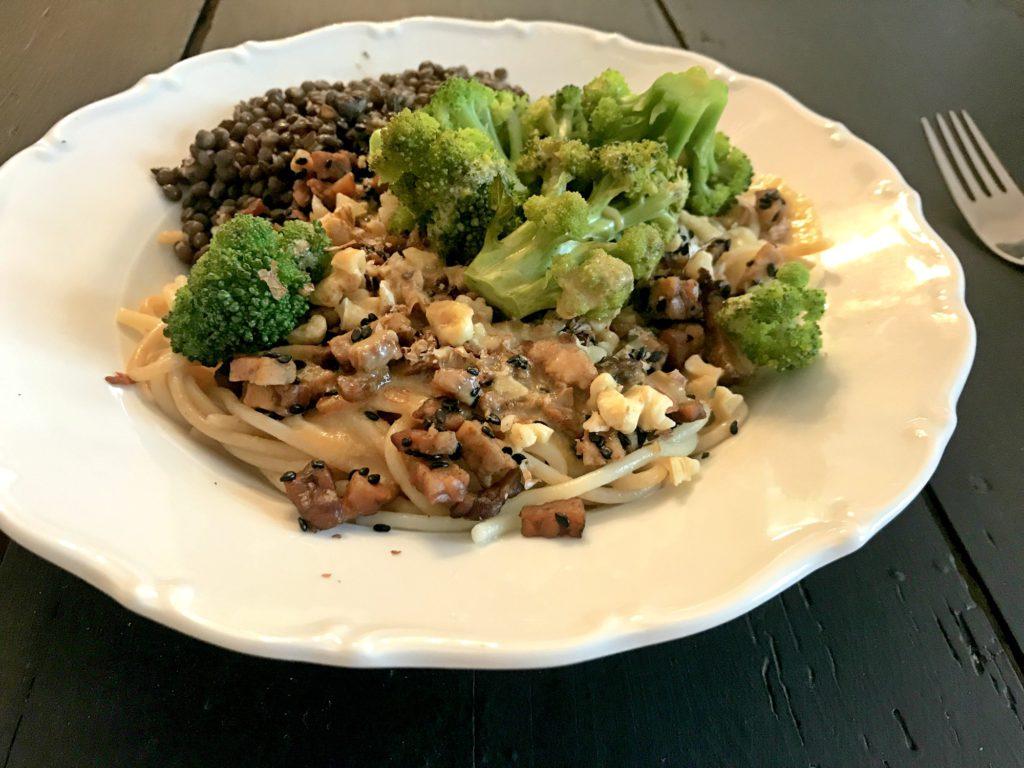 Soba nudle s tempehem, brokolicí a ořechy